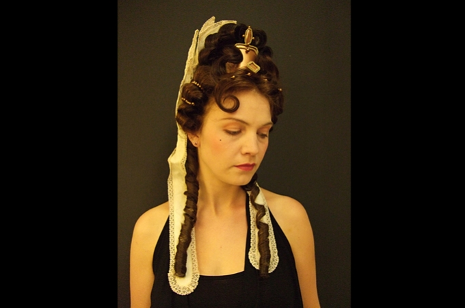 historische Eigenhaarfrisur & Beauty Make-Up